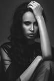 Νέο λεπτό κορίτσι στο μαύρο προκλητικό μοντέρνο φόρεμα Στοκ φωτογραφία με δικαίωμα ελεύθερης χρήσης