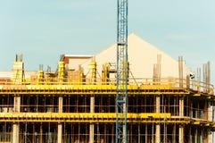 Νέο εργοτάξιο οικοδομής κατοικημένου κτηρίου με τα υλικά σκαλωσιάς και ενίσχυση στην πόλη Στοκ φωτογραφία με δικαίωμα ελεύθερης χρήσης