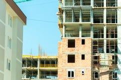 Νέο εργοτάξιο οικοδομής κατοικημένου κτηρίου στην πόλη Στοκ φωτογραφία με δικαίωμα ελεύθερης χρήσης