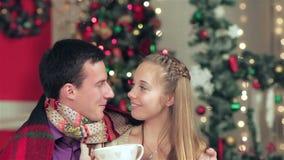 Νέο ερωτευμένο άτομο ζευγών και όμορφη φθορά κοριτσιών απόθεμα βίντεο