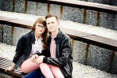 Νέο ερωτευμένο αγκάλιασμα ζευγών στον πάγκο Στοκ εικόνα με δικαίωμα ελεύθερης χρήσης