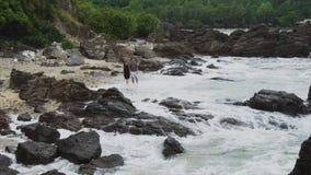 Νέο ερωτευμένο περπάτημα ζευγών σε ετοιμότητα εκμετάλλευσης παραλιών θάλασσας, χαμόγελο και γέλιο Η έννοια μιας ευτυχούς οικογένε απόθεμα βίντεο