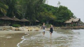 Νέο ερωτευμένο τρέξιμο ζευγών σε ετοιμότητα εκμετάλλευσης παραλιών θάλασσας, χαμόγελο και γέλιο σε σε αργή κίνηση Η έννοια ενός ε φιλμ μικρού μήκους