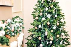 Νέο εσωτερικό δωμάτιο ντεκόρ Χριστουγέννων έτους fir-tree και εστιών των εορταστικών εξαρτημάτων Στοκ εικόνα με δικαίωμα ελεύθερης χρήσης