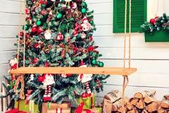 Νέο εσωτερικό δωμάτιο ντεκόρ Χριστουγέννων έτους fir-tree και εστιών των εορταστικών εξαρτημάτων Στοκ φωτογραφία με δικαίωμα ελεύθερης χρήσης