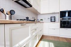 Νέο εσωτερικό, σύγχρονο σχέδιο κουζινών και έπιπλα στοκ εικόνα με δικαίωμα ελεύθερης χρήσης