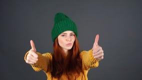 Νέο ευτυχές έκπληκτο κορίτσι με τις θετικές συγκινήσεις πέρα από το άσπρο υπόβαθρο απόθεμα βίντεο