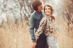 Νέο ευτυχές αγαπώντας ζεύγος που περπατά στον τομέα χωρών, άνετη διάθεση Στοκ φωτογραφία με δικαίωμα ελεύθερης χρήσης