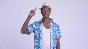 Νέο ευτυχές αφρικανικό άτομο τουριστών που δείχνει επάνω απόθεμα βίντεο