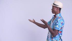Νέο ευτυχές αφρικανικό άτομο τουριστών που παρουσιάζει κάτι στην πλάτη απόθεμα βίντεο