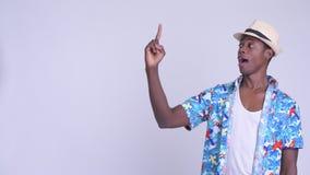 Νέο ευτυχές αφρικανικό άτομο τουριστών που σκέφτεται και που δείχνει επάνω φιλμ μικρού μήκους