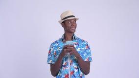 Νέο ευτυχές αφρικανικό άτομο τουριστών που σκέφτεται χρησιμοποιώντας το τηλέφωνο απόθεμα βίντεο