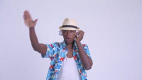Νέο ευτυχές αφρικανικό άτομο τουριστών ως DJ που χρησιμοποιεί τα ακουστικά απόθεμα βίντεο