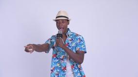 Νέο ευτυχές αφρικανικό τραγούδι ατόμων τουριστών με το μικρόφωνο απόθεμα βίντεο