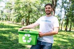 νέο ευτυχές εθελοντικό κιβώτιο ανακύκλωσης εκμετάλλευσης στοκ εικόνα
