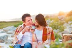 Νέο ευτυχές ζεύγος ερωτευμένο στο θερινό πικ-νίκ Στοκ φωτογραφία με δικαίωμα ελεύθερης χρήσης