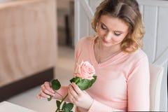 Νέο ευτυχές ζεύγος κατά μια ρομαντική ημερομηνία στοκ φωτογραφία