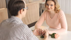 Νέο ευτυχές ζεύγος κατά μια ρομαντική ημερομηνία φιλμ μικρού μήκους