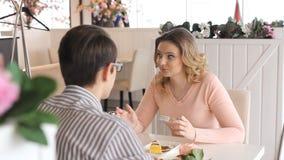 Νέο ευτυχές ζεύγος κατά μια ρομαντική ημερομηνία απόθεμα βίντεο