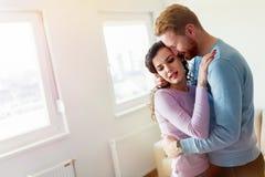 Νέο ευτυχές ζεύγος που έχει τους ρομαντικούς χρόνους στο σπίτι Στοκ φωτογραφίες με δικαίωμα ελεύθερης χρήσης
