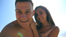 Νέο ευτυχές ζεύγος που παίρνει την αυτοπροσωπογραφία στην παραλία θάλασσας Ζευγάρι χαμόγελου που κάνει selfie στην ωκεάνια ακτή Ε φιλμ μικρού μήκους