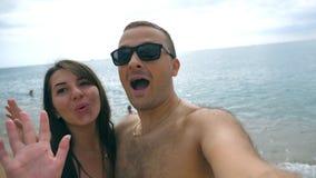 Νέο ευτυχές ζεύγος που παίρνει την αυτοπροσωπογραφία στην παραλία θάλασσας Ζευγάρι χαμόγελου που κάνει selfie στην ωκεάνια ακτή Ε απόθεμα βίντεο