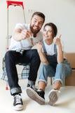 Νέο ευτυχές ζεύγος που παρουσιάζει κλειδιά Στοκ φωτογραφία με δικαίωμα ελεύθερης χρήσης