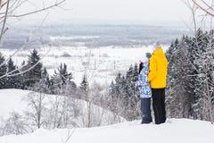 Νέο ευτυχές ζεύγος που περπατά στο χειμερινό πάρκο στοκ εικόνες με δικαίωμα ελεύθερης χρήσης