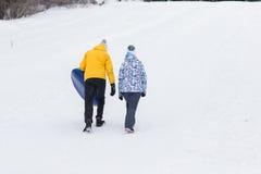 Νέο ευτυχές ζεύγος που περπατά στο χειμερινό πάρκο στοκ εικόνα
