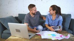 Νέο ευτυχές ζεύγος που πληρώνει τους λογαριασμούς με το lap-top απόθεμα βίντεο