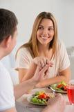 Νέο ευτυχές ζεύγος που τρώει τη φυτική σαλάτα Στοκ εικόνα με δικαίωμα ελεύθερης χρήσης