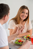 Νέο ευτυχές ζεύγος που τρώει τη φυτική σαλάτα Στοκ φωτογραφίες με δικαίωμα ελεύθερης χρήσης