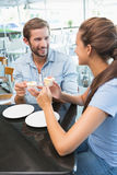 Νέο ευτυχές ζεύγος που τρώει το κέικ Στοκ εικόνες με δικαίωμα ελεύθερης χρήσης