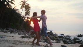 Νέο ευτυχές ζεύγος που χορεύει ένας αργός χορός στην τροπική παραλία στο χρόνο ηλιοβασιλέματος κίνηση αργή Koh Samui, Ταϊλάνδη 19 φιλμ μικρού μήκους