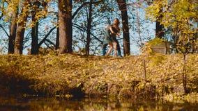 Νέο ευτυχές ζεύγος που χορεύει στην τράπεζα της λίμνης απόθεμα βίντεο