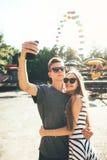 Νέο ευτυχές ζεύγος στο λούνα παρκ Στοκ Εικόνες