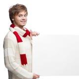 Νέο ευτυχές ζεύγος Χριστουγέννων που κρατά το μεγάλο σημάδι Στοκ εικόνες με δικαίωμα ελεύθερης χρήσης