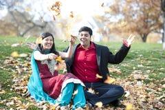Νέο ευτυχές ινδικό ζεύγος Στοκ φωτογραφία με δικαίωμα ελεύθερης χρήσης
