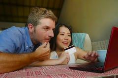 Νέο ευτυχές και όμορφο μικτό ζεύγος έθνους με τον καυκάσιο σύζυγο ή το φίλο και την ασιατική κινεζική σύζυγο ή τη φίλη γυναικών στοκ εικόνα