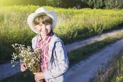 Νέο ευτυχές κορίτσι με την ανθοδέσμη στον τομέα μαργαριτών Στοκ φωτογραφία με δικαίωμα ελεύθερης χρήσης
