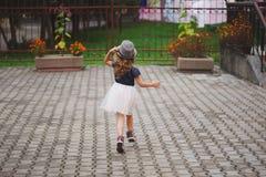 Νέο ευτυχές κορίτσι που τρέχει μακριά Στοκ Φωτογραφία