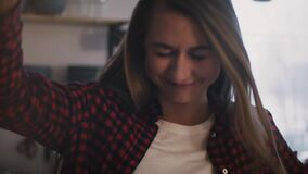 Νέο ευτυχές κορίτσι που χορεύει μόνο στο σπίτι Σε αργή κίνηση κινηματογράφηση σε πρώτο πλάνο Αγαπημένος συντονίστε Αισιοδοξία, εν απόθεμα βίντεο