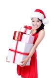 Νέο ευτυχές κορίτσι Χριστουγέννων που κρατά το τεράστιο δώρο Στοκ εικόνες με δικαίωμα ελεύθερης χρήσης