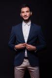 Νέο ευτυχές κοστούμι σακακιών κουμπώματος ατόμων πρότυπο κομψό Στοκ Φωτογραφία