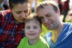 Νέο ευτυχές οικογενειακό πορτρέτο Στοκ φωτογραφίες με δικαίωμα ελεύθερης χρήσης