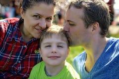 Νέο ευτυχές οικογενειακό πορτρέτο Στοκ φωτογραφία με δικαίωμα ελεύθερης χρήσης