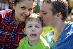 Νέο ευτυχές οικογενειακό πορτρέτο Στοκ Φωτογραφία