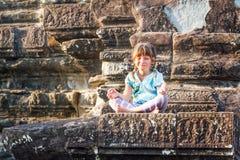Νέο ευτυχές τουριστών κοριτσιών παιδιών στο angkor wat, cambodi Στοκ εικόνα με δικαίωμα ελεύθερης χρήσης