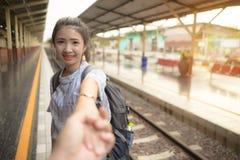 Νέο ευτυχές χέρι ανδρών εκμετάλλευσης γυναικών που οδηγεί στο σταθμό τρένου Ζεύγος ερωτευμένο στις διακοπές στοκ φωτογραφίες με δικαίωμα ελεύθερης χρήσης