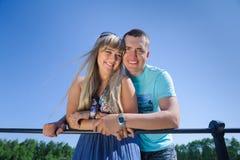 Νέο ευτυχές όμορφο ζεύγος στο υπόβαθρο μπλε ουρανού Στοκ Εικόνα